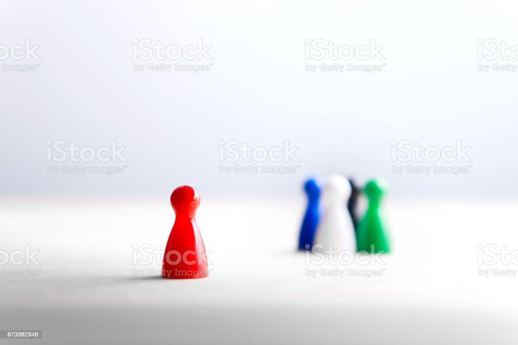 Estar solo, forastero y marginado. Racismo, discriminación, intimidación y social concepto de aislamiento. - foto de stock