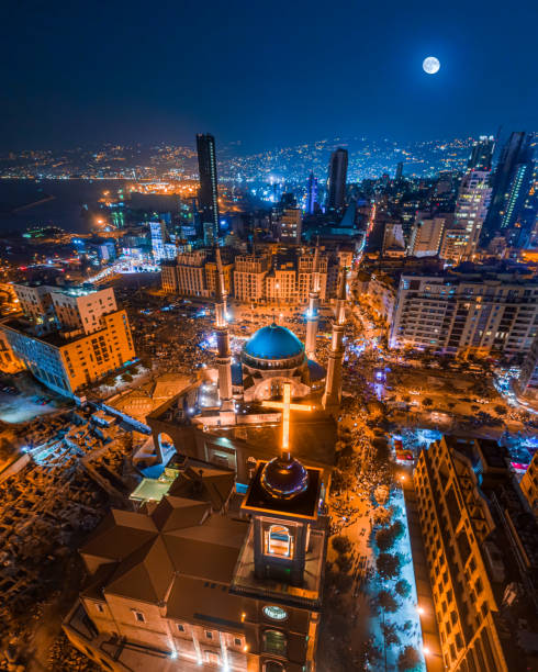 beirut, lebanon 2018 : drone shot of martyr square, showing the st. george church and mohammad al amine mosque along with the city skyline in downtown beirut - beirut стоковые фото и изображения