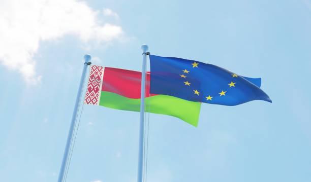 białoruś i unia europejska, dwie flagi wymachujące błękitnym niebem - białoruś zdjęcia i obrazy z banku zdjęć