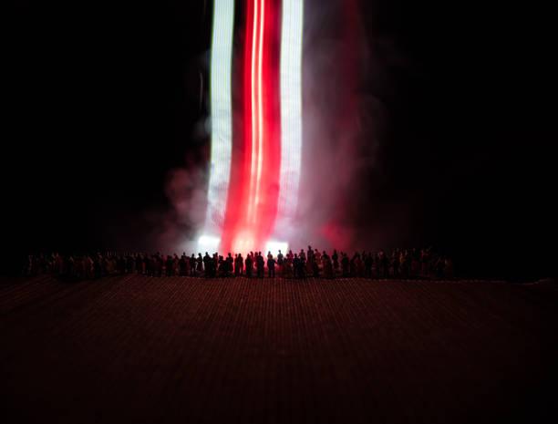 protest w wyborach prezydenckich na białorusi. biało-czerwone kolorowe światło jako symbol flagi białorusi. - białoruś zdjęcia i obrazy z banku zdjęć