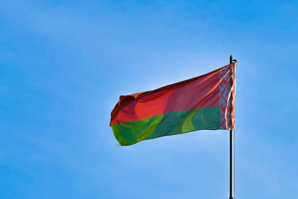 białoruska flaga na tle nieba. rozwija się na wietrze. flaga białorusi - białoruś zdjęcia i obrazy z banku zdjęć