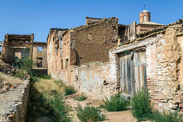 belchite village уничтожены в бомбардировка в испанская гражданская - город призрак стоковые фото и изображения
