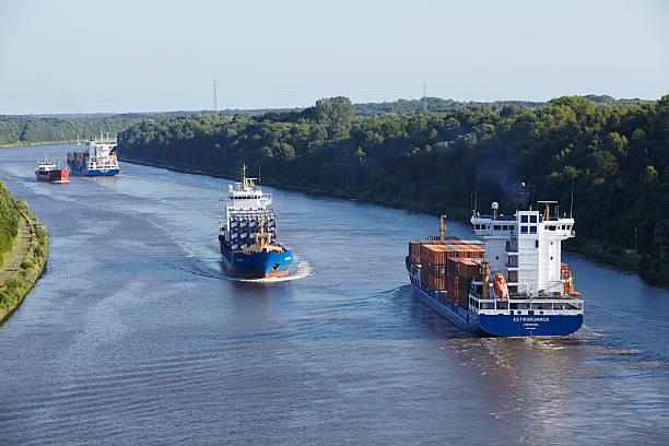 Beldorf-Container-Schiffe im Nord-Ostsee-Kanal – Foto