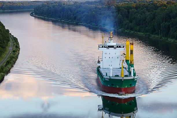 Beldorf-Frachter in Nord-Ostsee-Kanal, eine Luftaufnahme – Foto