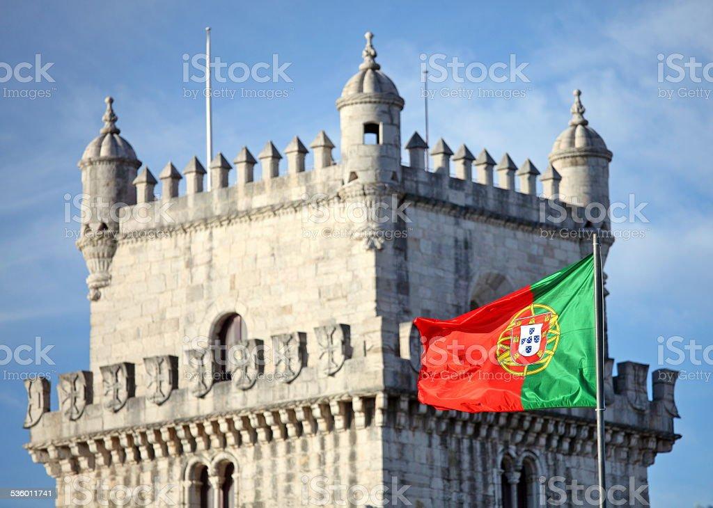 Torre de belén en Lisboa y bandera portuguesa - foto de stock