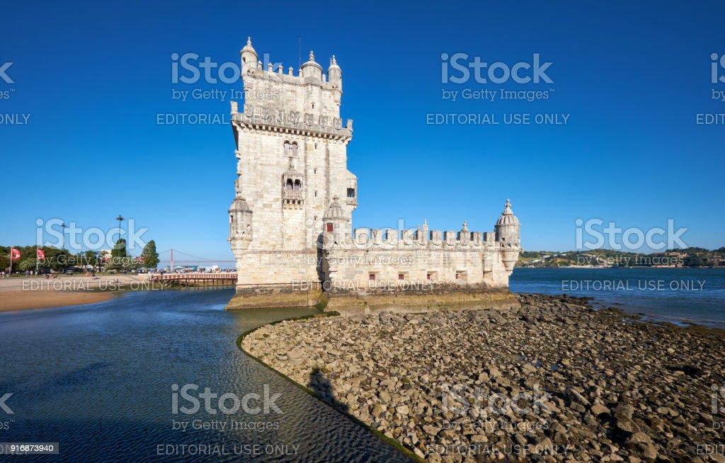 Torre de Belém no rio Tejo, em Lisboa, com reflexo na água no fundo do céu azul, Portugal - foto de acervo