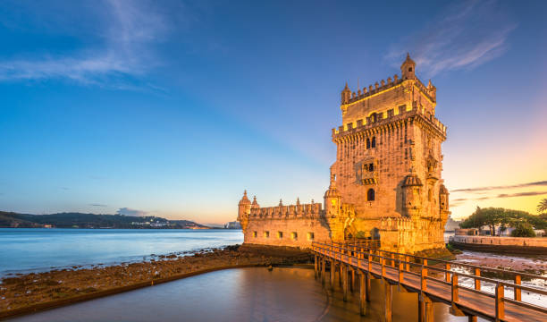 belem tower on the tagus river in lisbon - lisbona foto e immagini stock