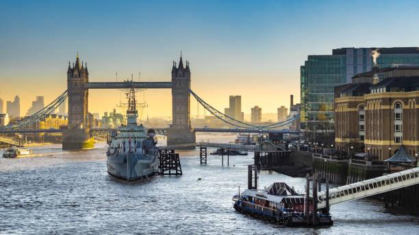 HMS Belfast e ponte da torre, Londres - foto de acervo