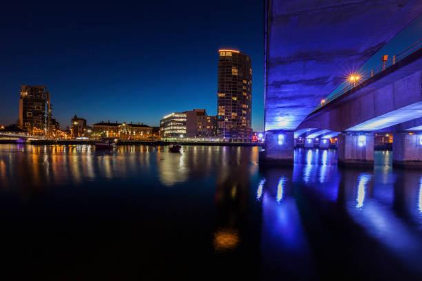 Arquitectura de Belfast junto al río Lagan - foto de stock