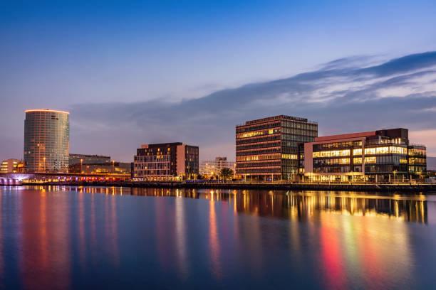 Belfast Stadtbild Fluss Lagan bei Nacht-Nordirland – Foto