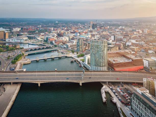 Vista aérea de Belfast atardecer río Lagan Irlanda del norte - foto de stock