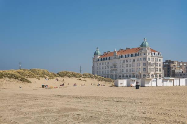 belgischen strand von zeebrügge. - nordsee urlaub hotel stock-fotos und bilder