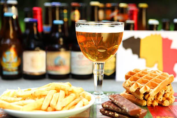 Belga alimentos y bebidas: Cerveza, wafles, Chocloate, papas fritas - foto de stock