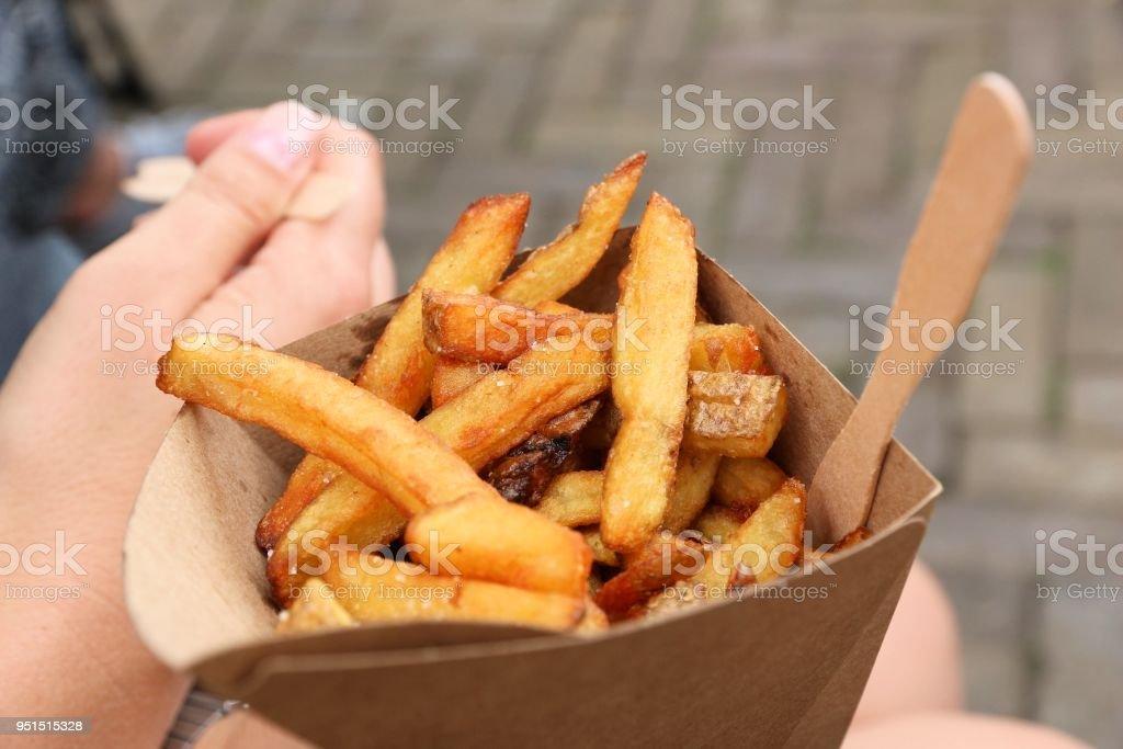 Comida callejera de patatas fritas belgas - foto de stock