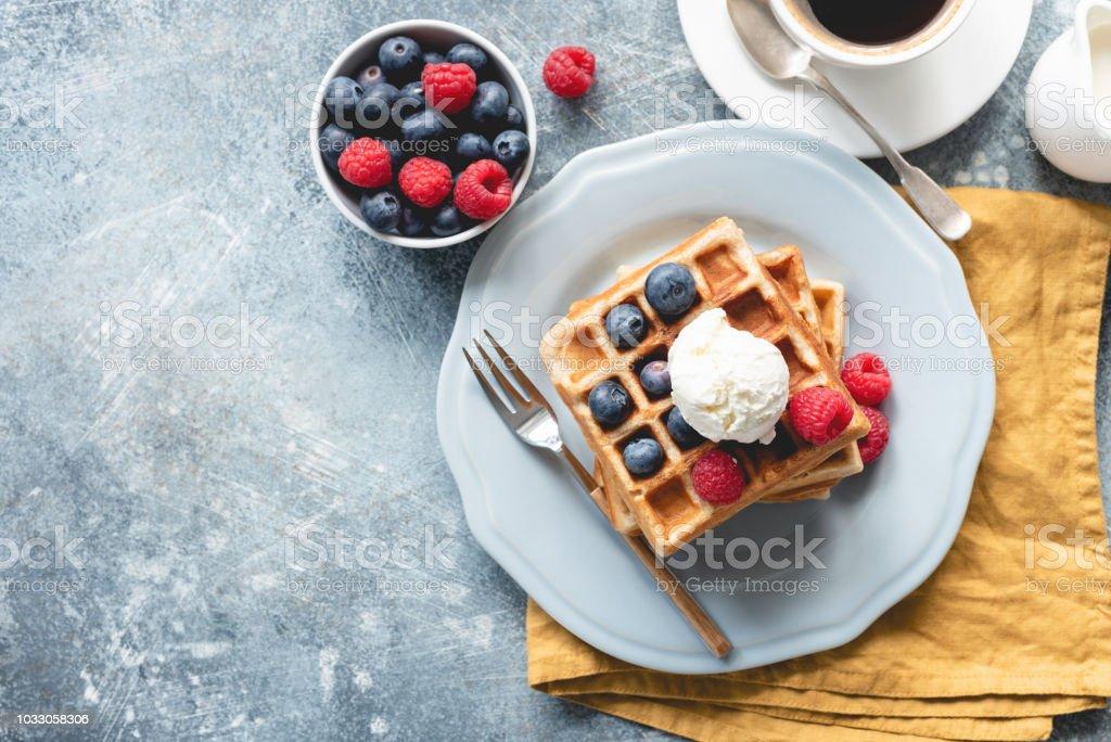 Belgian waffles with ice cream and berries - Royalty-free Acima Foto de stock