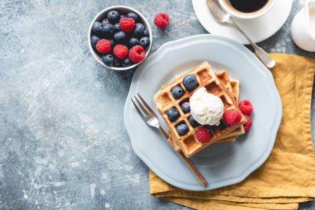 waffles belgas con helado y bayas - desayuno fotografías e imágenes de stock