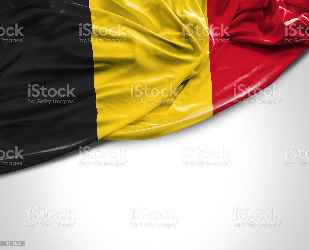 Agitant le Drapeau belge sur un arrière-plan blanc - Photo