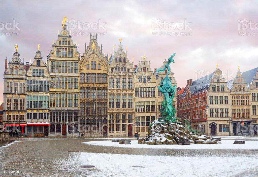 Belgique. Anvers. Le Grote Markt. Renforcement des guildes. Fontaine Brabo. - Photo