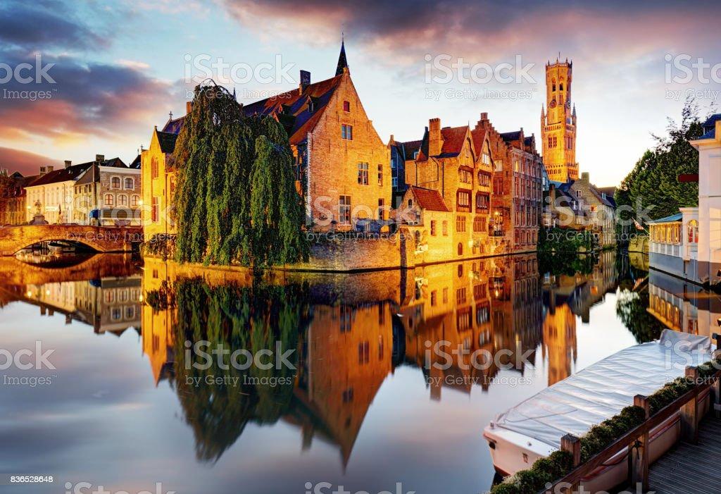 Belgique - Bruges, Rozenhoedkaai avec maison Perez de Malvenda et Belfort van Brugge au coucher du soleil - Photo