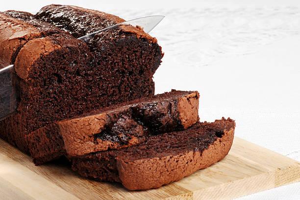 Bélgica, fatias de bolo de chocolate com faca - foto de acervo