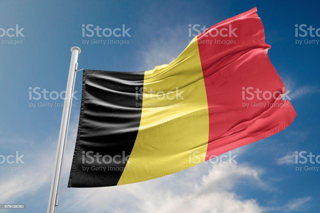 Drapeau de la Belgique est onduler contre le ciel bleu - Photo