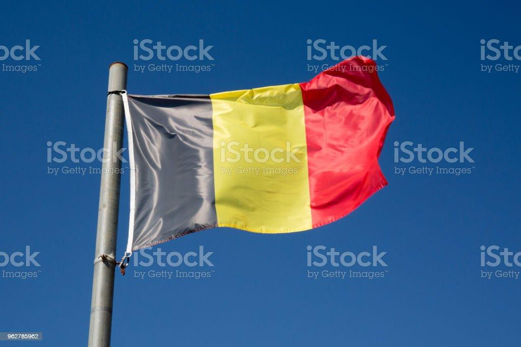 Bandeira da Bélgica sob o céu azul - Foto de stock de Azul royalty-free
