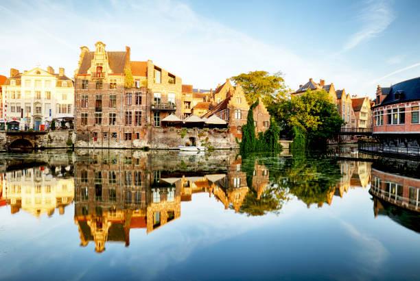 Belgique, Gand - canal et bâtiments médiévaux dans ville touristique populaire - Photo