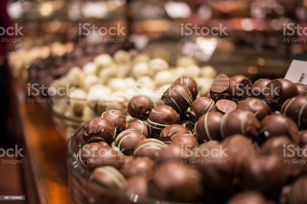 Bélgica trufa saboroso delicioso chocolate em uma fileira, vista de loja de doces. Viagens em turismo - foto de acervo