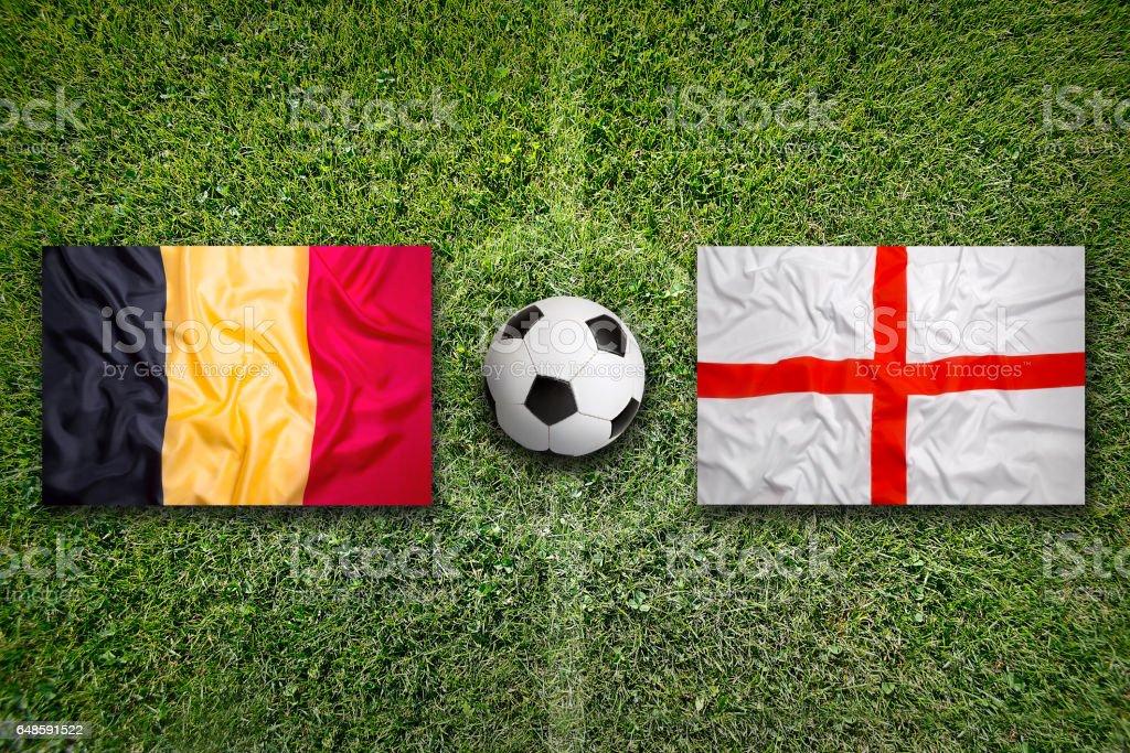 Drapeaux de la Belgique contre l'Angleterre sur le terrain de soccer - Photo