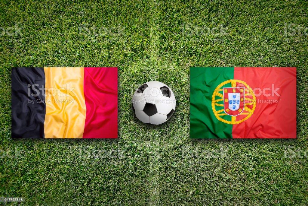 Drapeaux de la Belgique vs Portugal sur le terrain de soccer - Photo