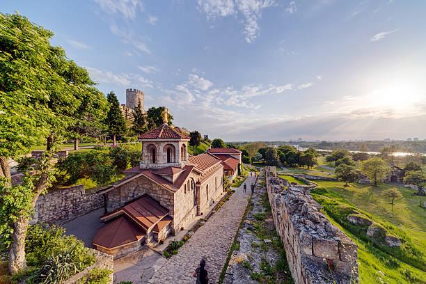 belgrade fortress and kalemegdan park - servië stockfoto's en -beelden