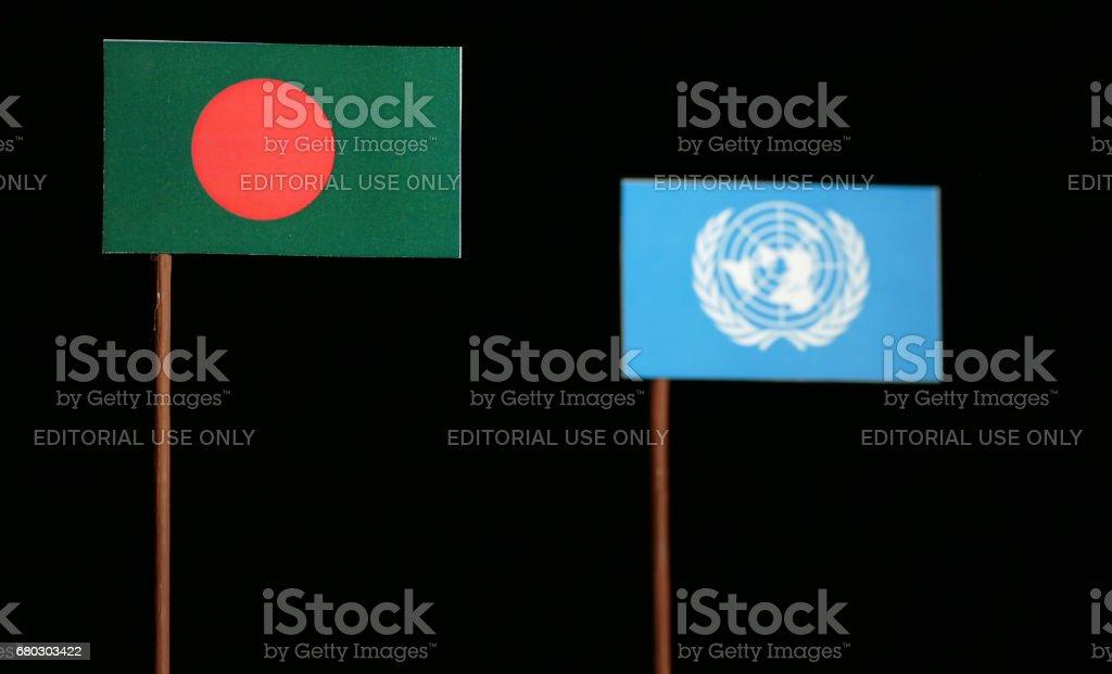 Belgrado, Serbia. 05 de mayo de 2017: Bandera de Bangladesh con las Naciones Unidas aisladas sobre fondo negro de la bandera - foto de stock