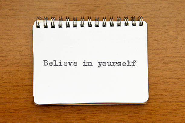 glaube an dich selbst: motivierende angebot auf notizbuch - intelligente zitate stock-fotos und bilder