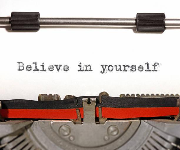 glaube an dich selbst: motivierende zitat auf alten schreibmaschine-maschine - intelligente zitate stock-fotos und bilder