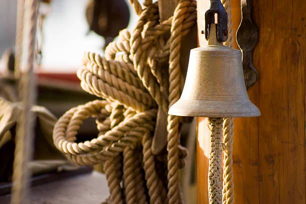 bell auf segeln schiff - nautische seil stock-fotos und bilder