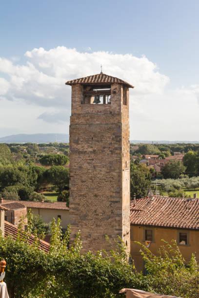 klokkentoren op platteland in vicopisano, pisa - italië - klokkentoren met luidende klokken stockfoto's en -beelden