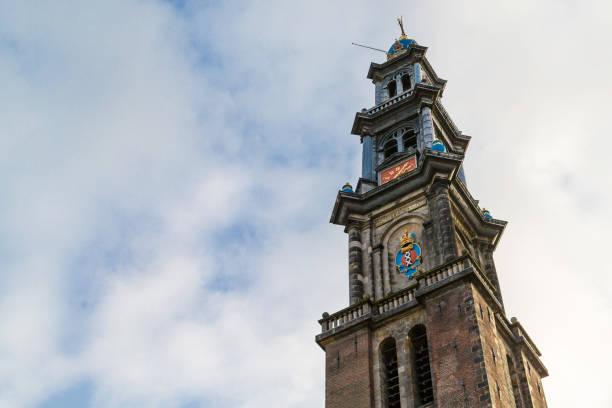 klokkentoren van de grootste kerk van amsterdam, de westelijke kerk - westerkerk stockfoto's en -beelden