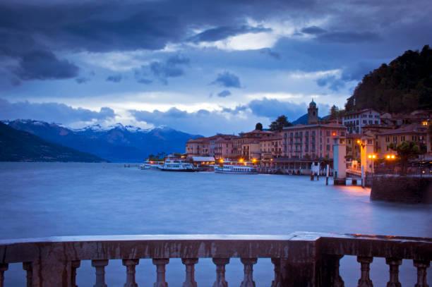 bellagio bij dageraad - como italië stockfoto's en -beelden