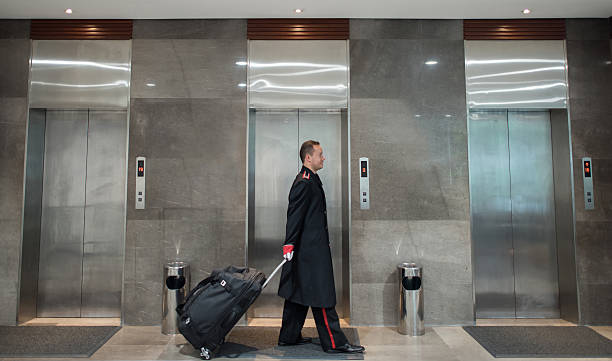 Bellboy carrying bags at the hotel - foto de stock