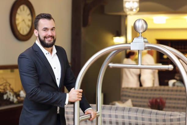 Bellboy en el hotel - foto de stock