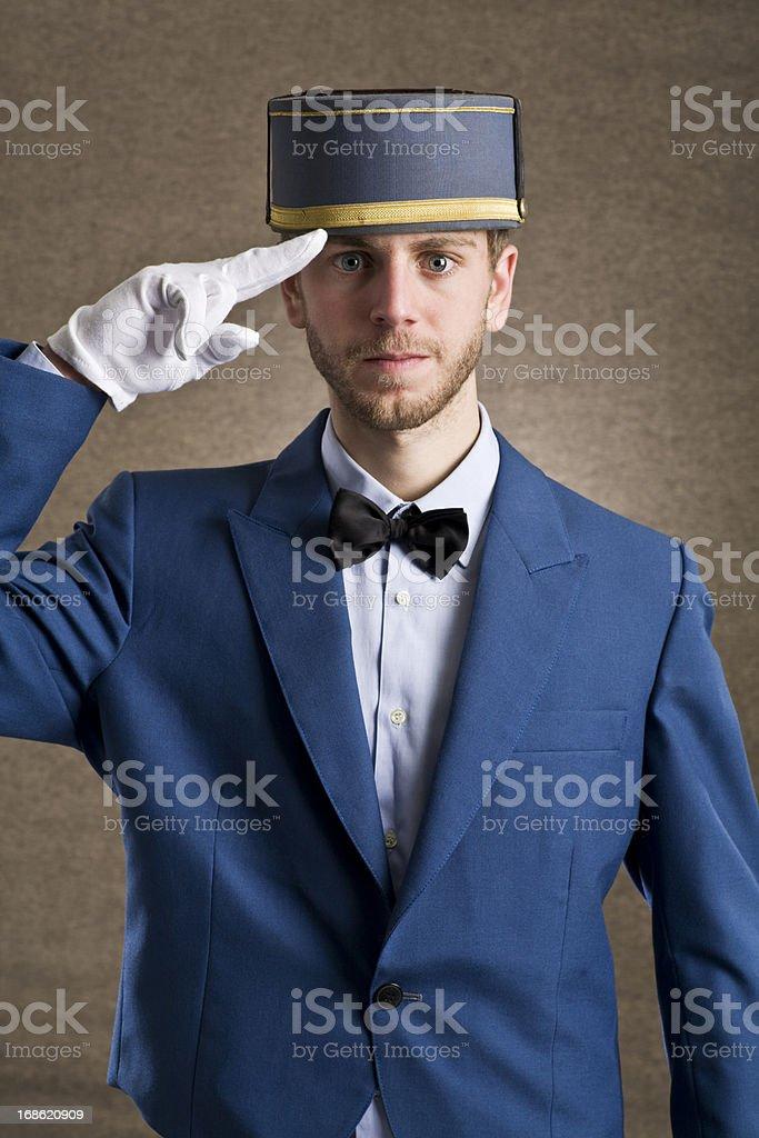 Bellboy hacer un saludo con respeto. - foto de stock