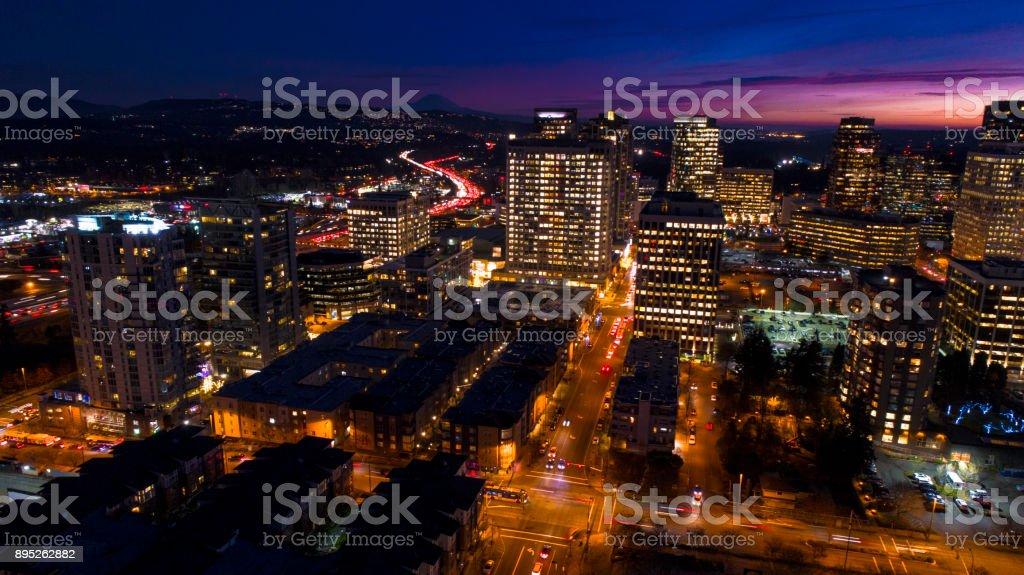 벨 뷰 워싱턴 공중 보기 밤 도시 스카이 라인 레이니어 산 배경에서 스톡 사진