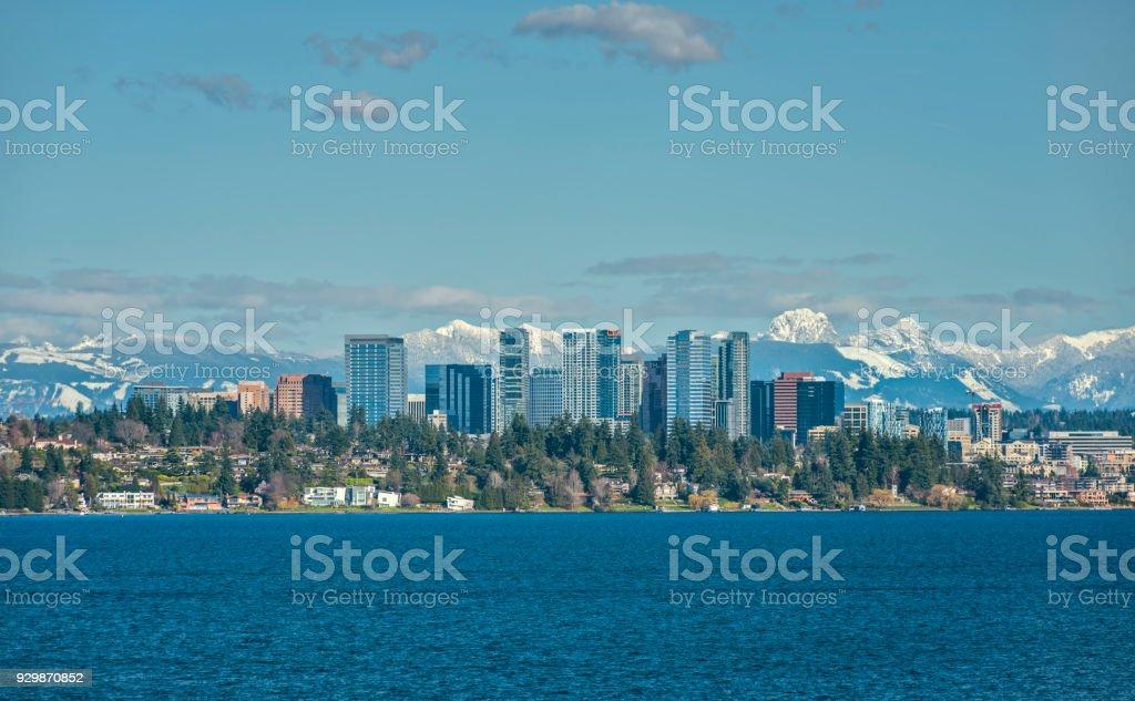 Bellevue, Washington and Cascade Mountains over Lake Washington - Zbiór zdjęć royalty-free (Bellevue - stan Waszyngton)