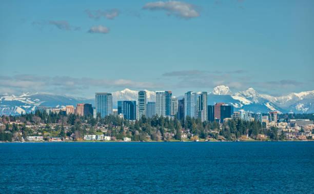 Bellevue, Washington e montanhas Cascade sobre lago Washington - foto de acervo
