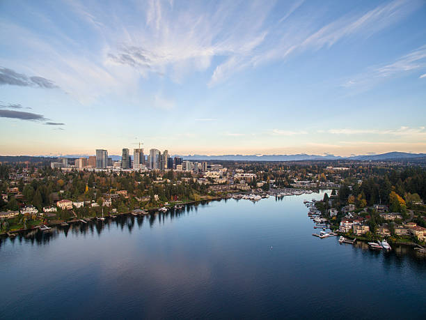 bellevue washington cityscape and meydenbauer bay aerial view - état de washington photos et images de collection