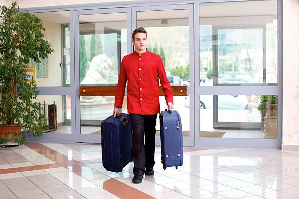 Bellhop llevar equipaje - foto de stock