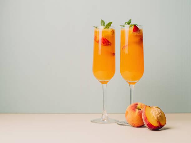 Bellinis cócteles de Champagne procco - foto de stock