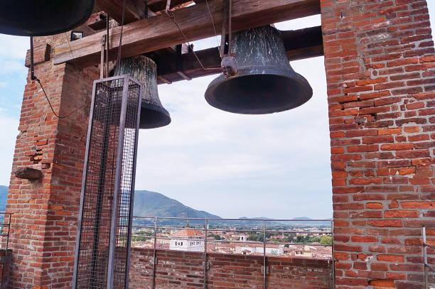 klokken in de toren van de klok provincie lucca - klokkentoren met luidende klokken stockfoto's en -beelden
