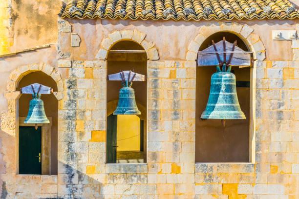 klokken van de basiliek santissimo salvatore in noto, sicilië, italië - noto sicilië stockfoto's en -beelden