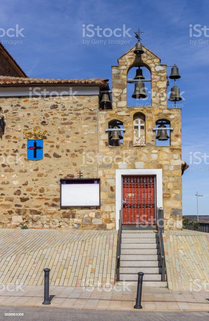 Campanas de la iglesia de San Francisco en el centro histórico de Astorga, España - foto de stock